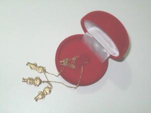 pingentes de ouro em forma de meninos