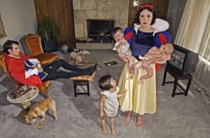 Branca de Neve com bebês e marido descansando