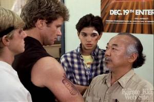 Professor da academia Cobra Kai encarando Sr. Miyagi