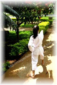 Menina de quimono lutando karatê