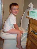 criança usando o vaso sanitário