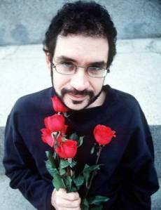 Renato Russo com ramalhete de rosas