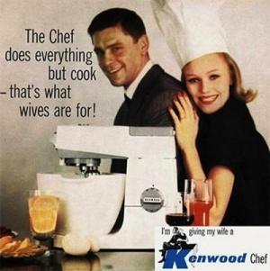 Anúncio da batedeira Kenwood. Mulher com chapéu de chefe de cozinha abraça o homem de terno.