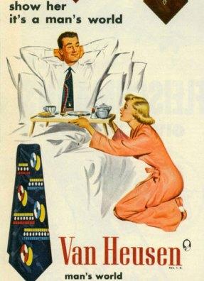 Anúncio das gravatas Van Heusen. Mulher ajoelha-se e serve o café para o marido, na cama.