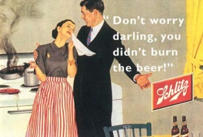 Anúncio da cerveja Schlitz. Marido consola esposa, que chora porque queimou a comida