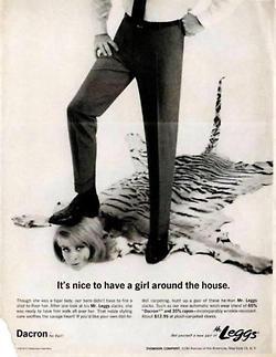 Anúncio do tecido Dacron. Homem pisa na cabeça de mulher