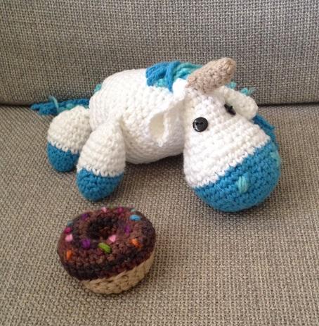 unicórnio e rosquinha feitos de crochê